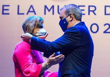 Yadira Henríquez recibe la Medalla al Mérito de la Mujer