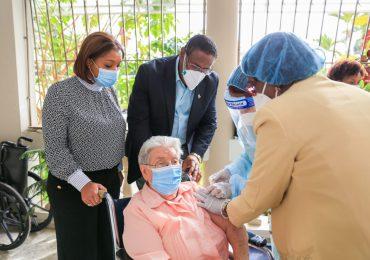 Aplican dosis contra Covid-19 a Hermanas Misioneras Dominicas del Rosario