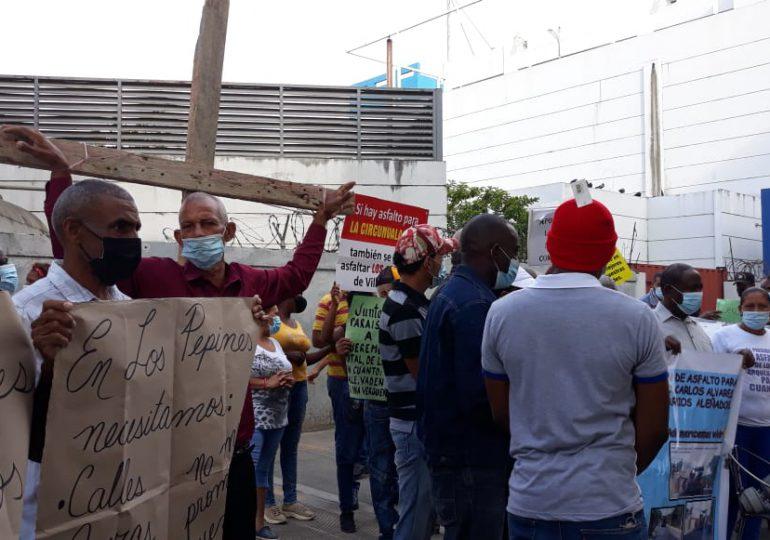 VIDEO | Residentes de San Felipe, Villa Mella, exigen arreglos de sus calles; tienen 30 años con el problema