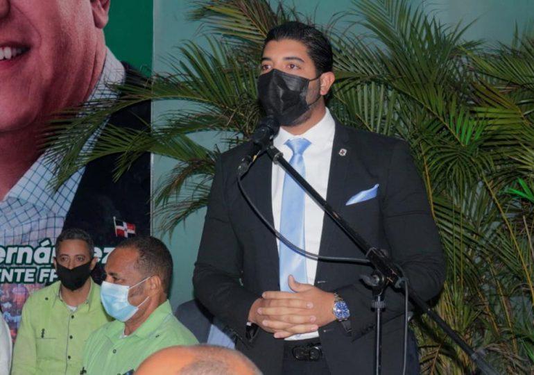 Robert Martínez, el regidor más joven del DN pasa a la Fuerza del Pueblo