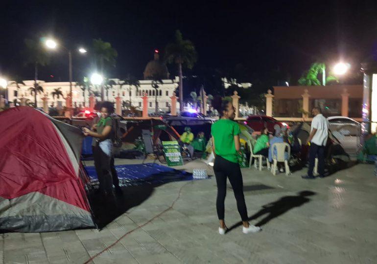 Mujeres continúan frente al Palacio en demanda de que aprueben tres causales en Código Penal