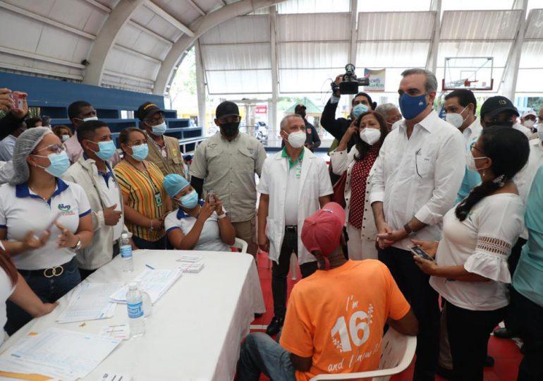 Presidente Abinader supervisa proceso de vacunación en Dajabón