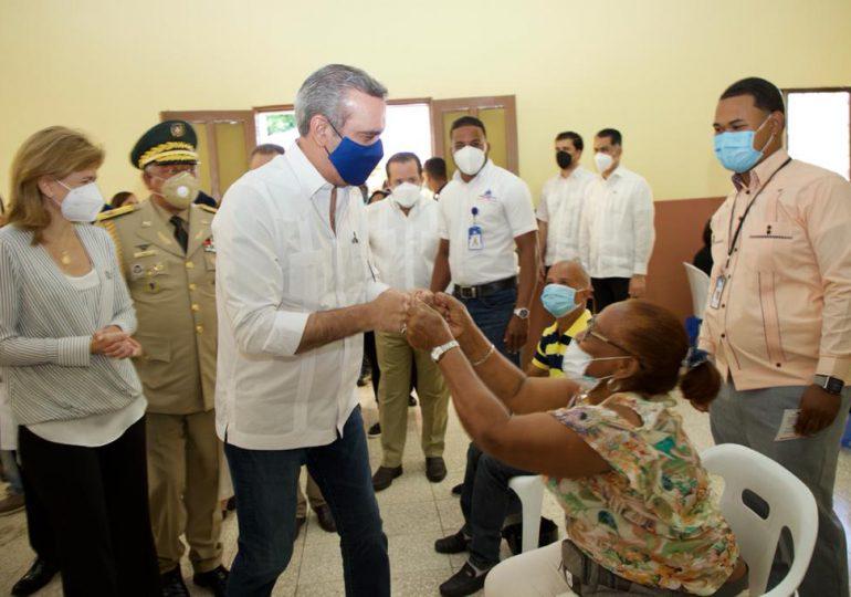 Abinader supervisa jornada de vacunación Anticovid en San Juan