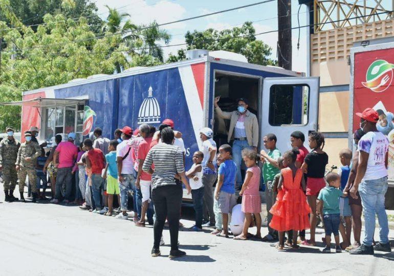 Comedores Económicos distribuyen raciones alimenticias durante visita del presidente Abinader en SJM