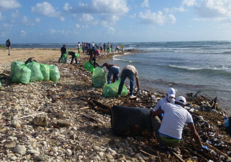 Decenas de puertoplataños participan en operativo de limpieza de playas