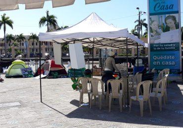 Mujeres que acampan frente al Palacio Nacional crean cuenta de banco para donaciones