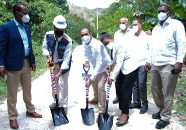 Inician los trabajos de construcción de caminos vecinales en provincia Barahona