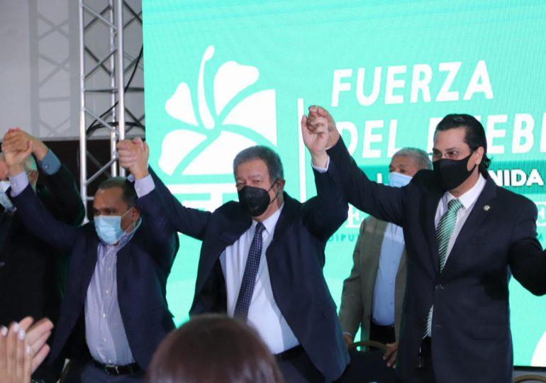 Leonel Fernández juramenta al diputado Félix Michell en la Fuerza del Pueblo