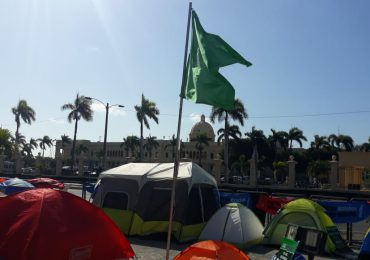 """Bandera de las """"tres causales"""" sigue plantada frente al Palacio Nacional por octavo día"""