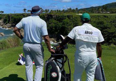 Alex Rodríguez jugando golf mientras escucha música de Jlo y toma cerveza Presidente