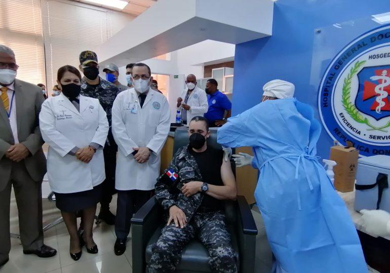 Policías reciben primera dosis de la vacuna contra COVID-19