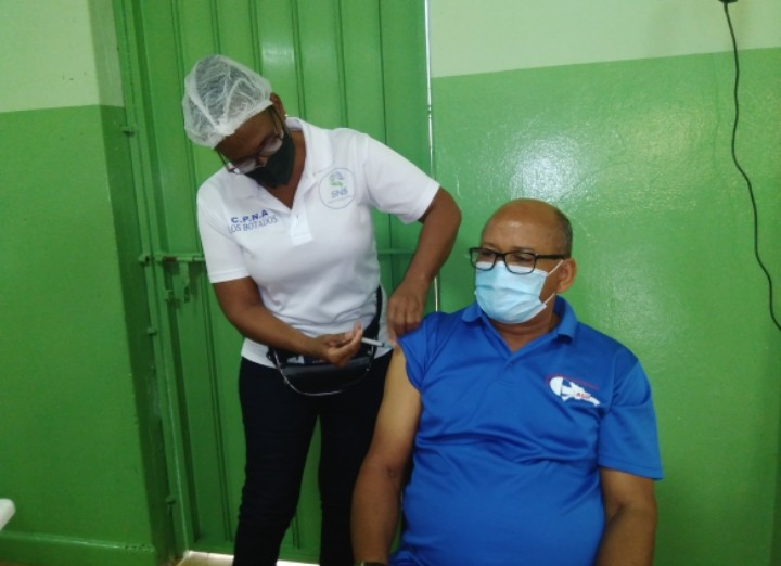 Inician proceso de vacunación a maestros en Yamasá