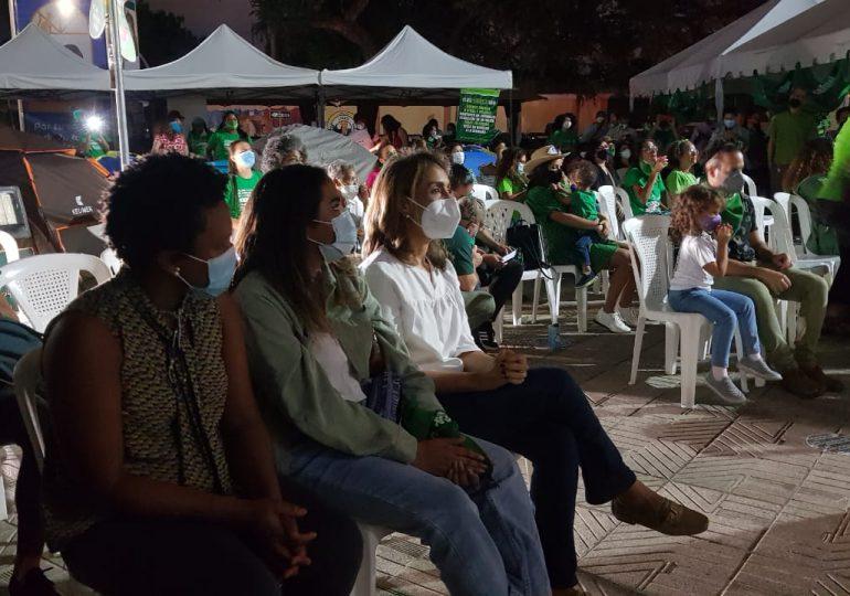 Mujeres celebran nueve días de campamento frente al Palacio Nacional con un concierto