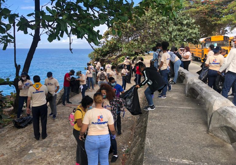 Jóvenes realizan trabajo comunitario para celebrar el Día del Joven Adventista