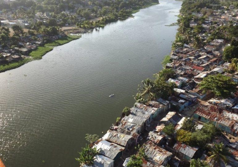 Acusan a la barcaza del río Ozama de varios delitos ambientales ante Medio Ambiente
