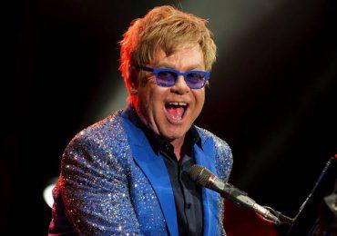 El pianista Elton John celebra sus 74 años