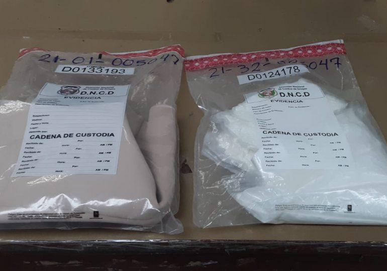 Atrapan hombre escondía en un chaleco más de un kilo de cocaína en el AILA