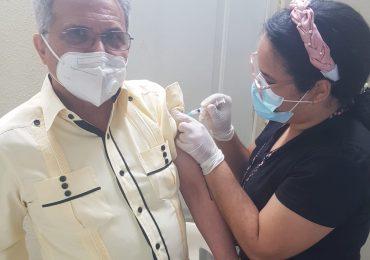 Presidente del CMD se inocula segunda dosis de vacuna SINOVAC