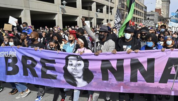 Manifestantes piden justicia un año después de muerte de la afroestadounidense Breonna Taylor