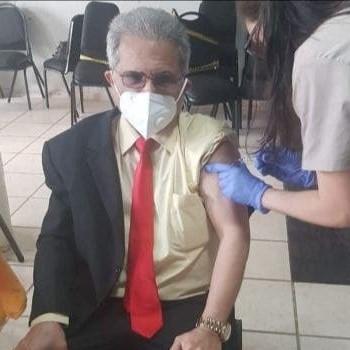 Presidente del Colegio Médico se vacuna contra COVID-19