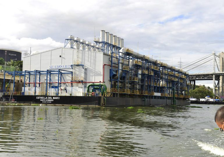 Medio Ambiente revisará licencias de la barcaza del río Ozama para evitar que contamine