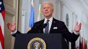 #Viral | Joe Biden tropieza en las escaleras mientras subía al avión presidencial
