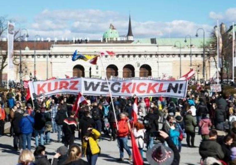 Manifestantes en Viena  protestan contra las restricciones anticovid-19