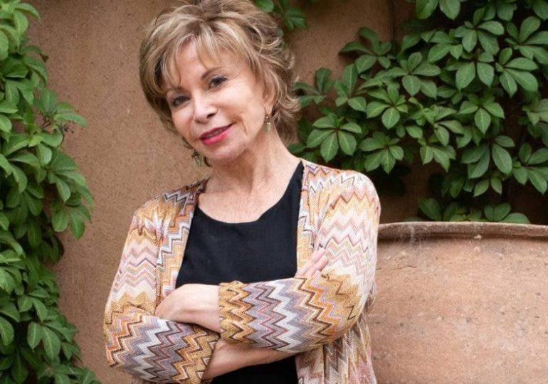 Escritora Isabel Allende habla sobre feminismo, teleserie y amor en la pandemia