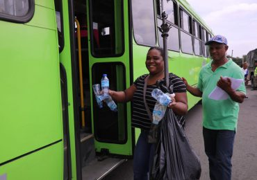 Campaña de INTRANT que cambia botellas plásticas por pasajes llega a Ciudad Juan Bosch