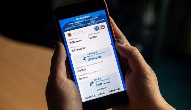 """China lanza """"pasaporte sanitario"""" y crece polémica en Europa por vacuna rusa"""