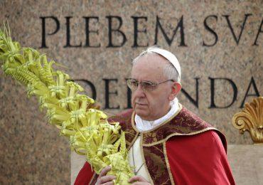 El papa celebra la misa del Domingo de Ramos en presencia de unos pocos fieles
