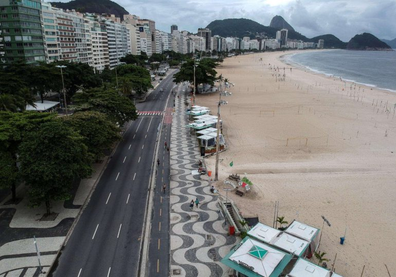 Rio de Janeiro cierra las playas, con el covid fuera de control en Brasil