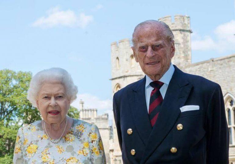El marido de la reina Isabel II sale del hospital tras un mes
