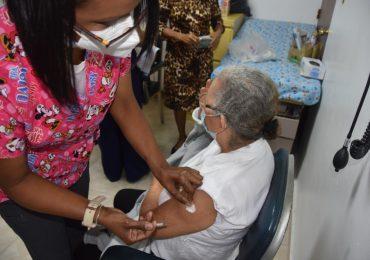 VACUNATE RD | UASD inmuniza a cientos de profesores y personas mayores de 70 años