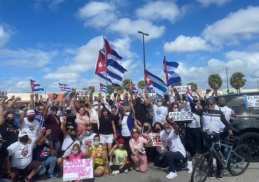 Autos y bicicletas marchan en La Habana contra el bloqueo de EEUU