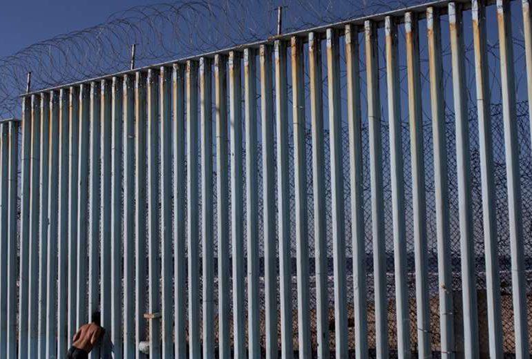 Dos niñas fueron lanzadas hacia EEUU desde lo alto de valla fronteriza con México