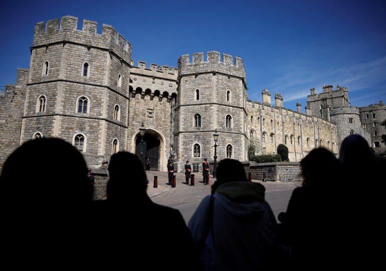 Frente al castillo de Windsor, los británicos homenajean los restos del príncipe Felipe