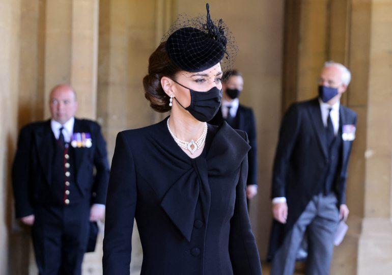 Con joyas de Isabel II, Kate Middleton despide al príncipe Felipe