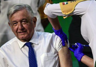 Presidente de México recibe vacuna contra covid-19 en público