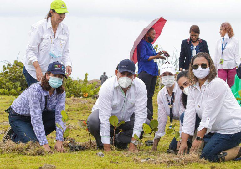 Medio Ambiente planta 1,000 mangles y uvas de playa en Nigua por Día de la Tierra