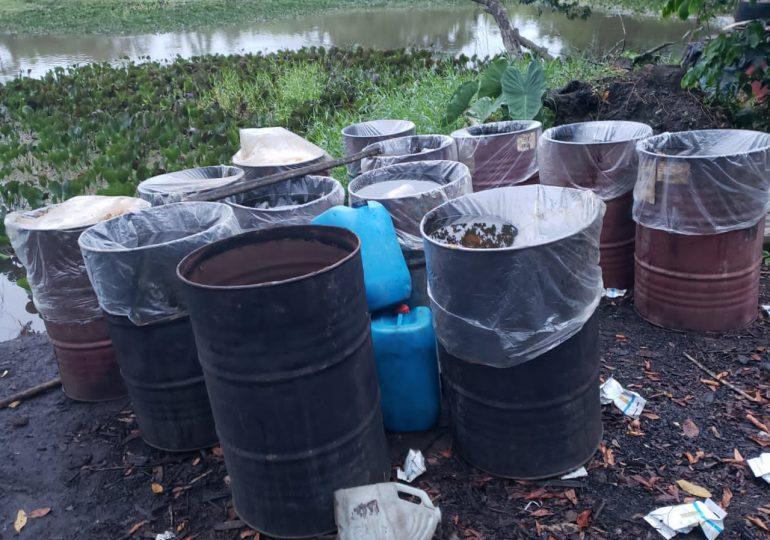 Policía desmantela dos laboratorios clandestinos de producción de clerén en Monte Plata y Barahona