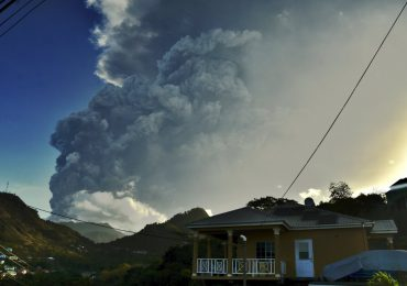 Actividad del volcán La Soufrière sofoca San Vicente: ONU advierte larga crisis humanitaria