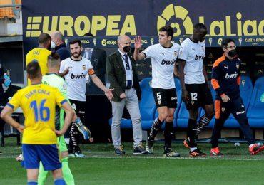 Jugadores del Valencia abandonan la cancha en tras insultos racistas