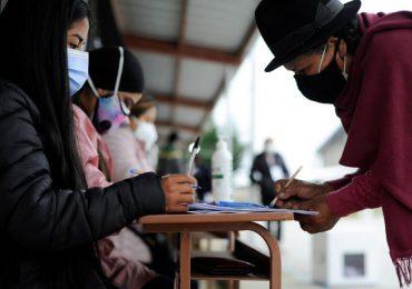 Ecuador define en las urnas ajustado duelo presidencial entre izquierda y derecha