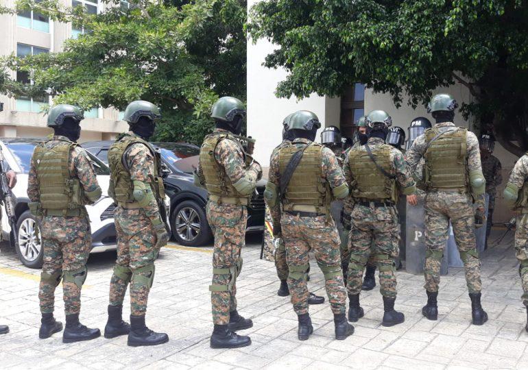 VIDEO | Miembros del Ejército con armas largas custodian todo el alrededor del Palacio de Justicia del DN