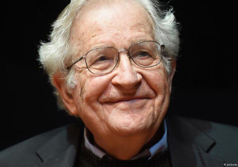 Noam Chomsky: Intereses electorales y económicos motivan campaña contra salud reproductiva de niñas y mujeres