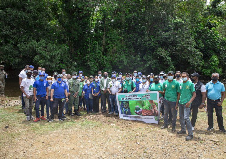 Procuraduría de Medio Ambiente reforesta ribera del Higüero en el Día de la Tierra