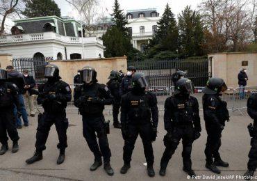 Rusia expulsa a 20 diplomáticos checos y empeora la tensión con Praga