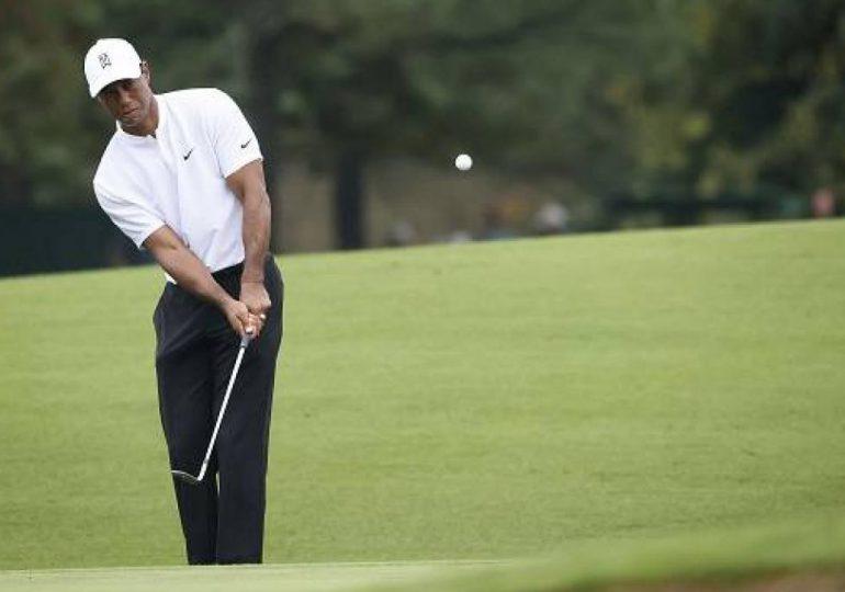Tiger Woods aparece sonriendo y en muletas en primera imagen tras el accidente