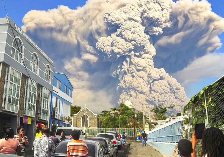 Espesas capas de ceniza cubren isla caribeña de San Vicente tras erupción de un volcán